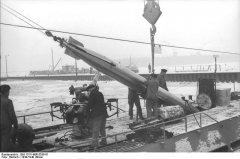 Bundesarchiv_Bild_101II-MW-5536-01_Wilhelmshaven_U-Boot_Torpedo-bernahme.jpg