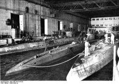 Bundesarchiv_Bild_146-1975-014-33_U-Boote_im_U-Bootbunker.jpg